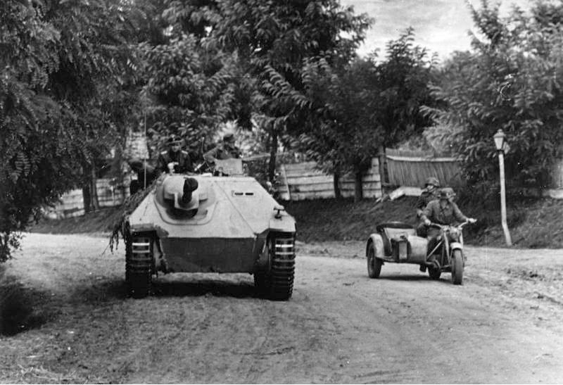 Bundesarchiv_Bild_101I-715-0213A-25,_Ungarn,_Jagdpanzer_-Hetzer-.jpg